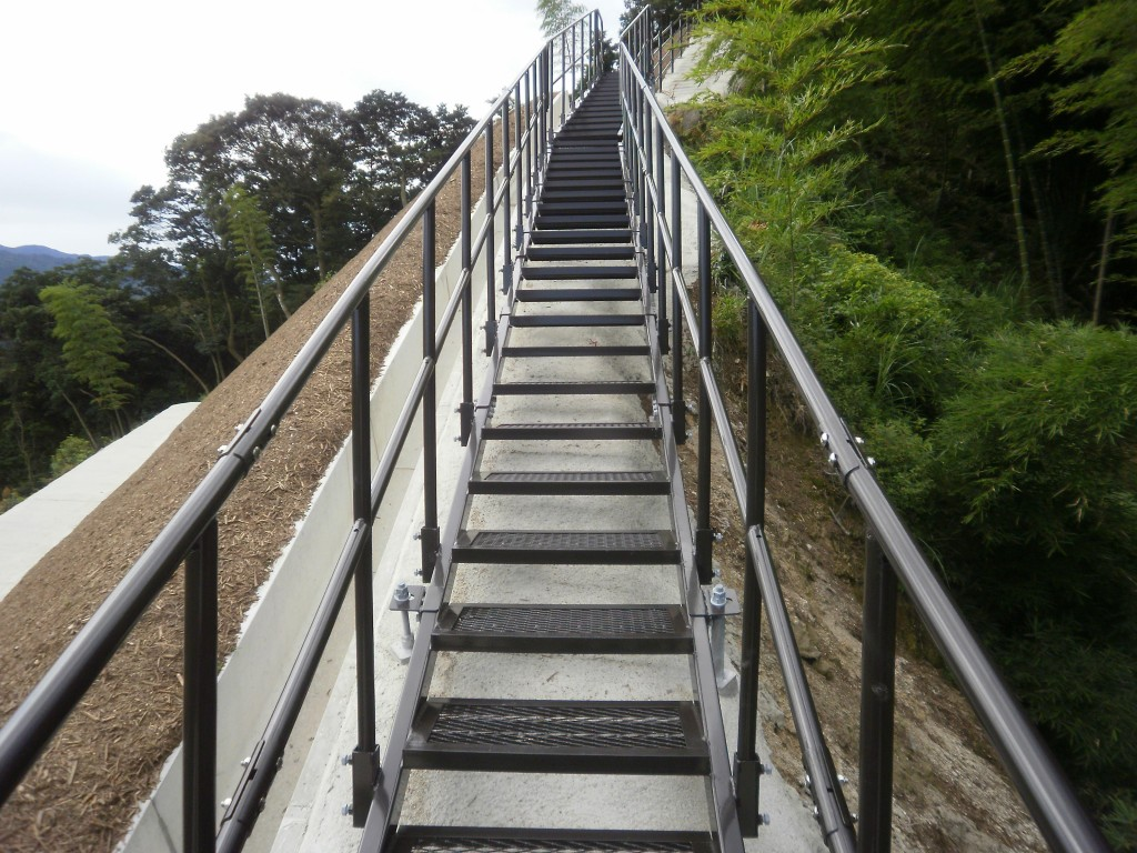 【福岡県】法面工事によって無くなってしまった生活道路の復旧 | 避難用・点検用階段専門(設計・製造)